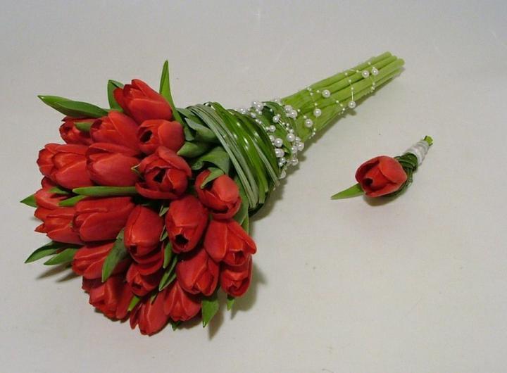 Přípravy - Tulipány budou!!!:-) A moje tříletá družička bude mít stejnou jako já, jen zmenšenou :-)