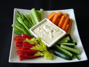 ...zeleninové crudité s jogurtovým dipem...