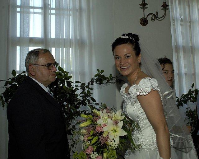 Jana Sršňová (Sršnička){{_AND_}}Jiří Horák (Horác) - S tatkou přicházíme k místu obřadu