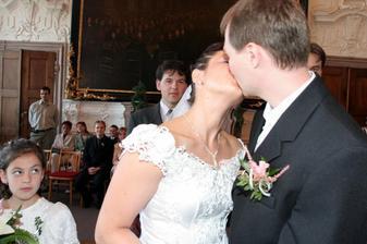 a ted novomanželský polibek