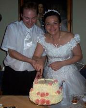 Krájíme dortík (byl celý z mandlovky a ozdobený výborným nemáslovým krémem) a nevěsta si vyměnila doplňky