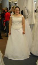 vybrané šaty zepředu, chybí šálka přes ruce - výraz hrozný :-(