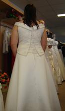 šaty zezadu - jen potřebují víc sešňěrovat