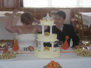 Svatební dort a nevěsta ztracená v závoji:))