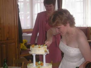 Nakrájet dort...těžký úkol pro mne...vzadu mne ostražitě pozoruje maminka:))