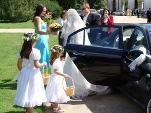 nevěstu vyhánějí z auta