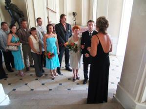 poslední pokyny před obřadem, ženich s maminkou, za ním jeho svědek a svědkyně nevěsty