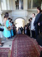 tak už jdeme, díky rozložitým šatům mohla svatba skončit už tady - málem jsem spadla ze shodů:D