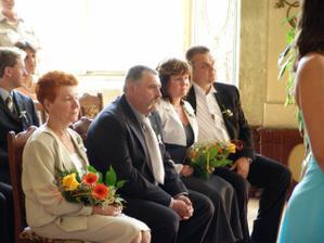 vlevo rodiče ženicha, napravo rodiče nevěsty - bedlivě poslouchali