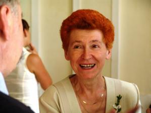 rozesmátá maminka ženicha