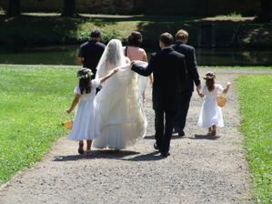 tak tomuhle říká manžel a neteř nesení vlečky:D..ještě že tam bylo tolik sponiček:D