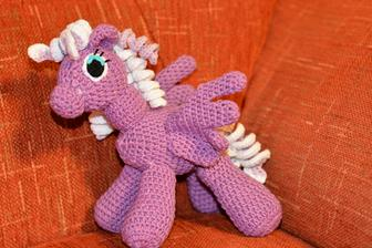 nový poníček.... já bych tak potřebovala tu holčičku, abych měla takove hračky komu tvořit i po svatbě :D