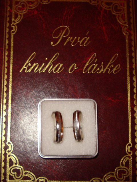 Priprava na den D.svajciarsko 07.07.07 - darcek od sestry a nase prstene...
