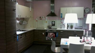 a takto nejak by mala vyzerat moja kuchynka.samozrejme trosku menej skriniek ale ide mi viac menej o rohove riesenie.