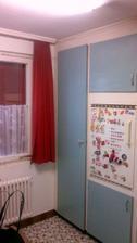 ani priestor pod oknom sa neda vyuzit :/okno je trojdielne a kuchyna ma tvar obdlznika.