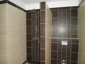 Sprchový kout a WC.
