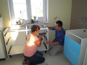 Začínáme montovat kuchyň - máme dokonce i novou pomocnici (ještě že jsou kamarádi).