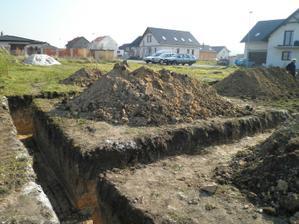 23. 10. 2010 - začínáme kopat základy