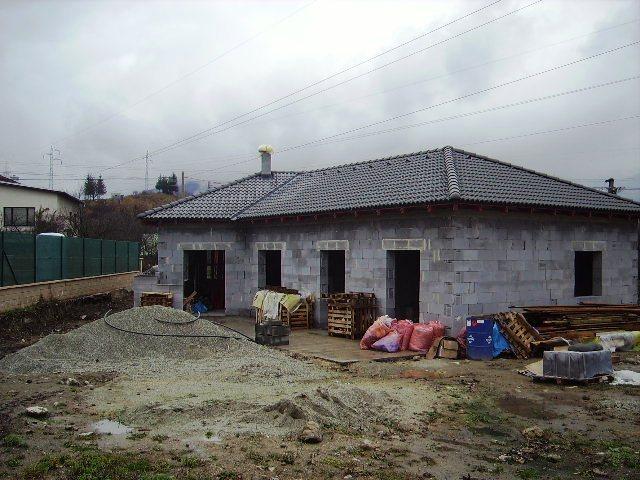 Domček - JZ strana pohľad na kuchyňu, obývačku a 2 detské