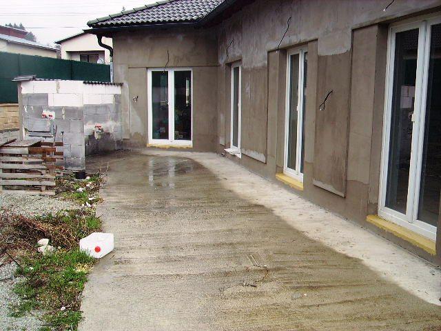 Domček - terasa v ľavo raz bude krb a umývadlo