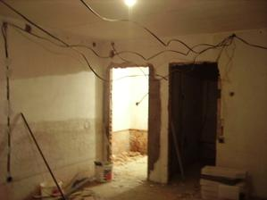 svetlá časť je kúpelka tmavá kuchyňa