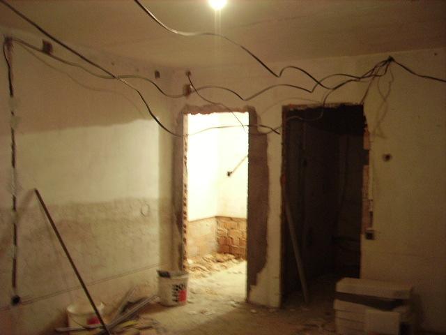 Pivnica po novom - svetlá časť je kúpelka tmavá kuchyňa