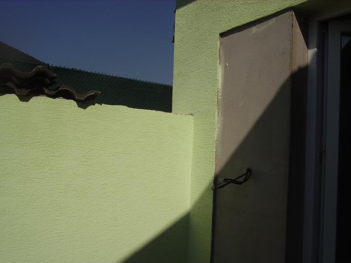 Domček - ešte pôjdu kamene šedo čierne ako strecha