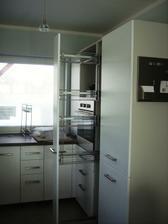 ešte nedokončená deliaca skrinka chladnička-rúra