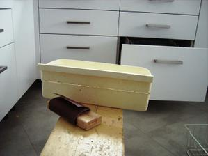 šuflík zo starej chladničky