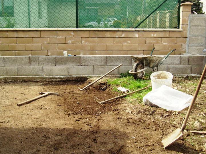 Domček - upravujem terén