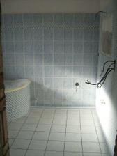Ještě jeden pohled na koupelnu, vlastně ještě musí přijet elektrikáři, když se dívám na ty dráty ve zdi..:-)