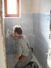 Spárování záchodu, už jen tu mísu :-)