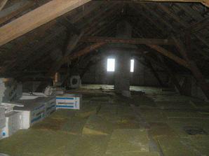 Pohled na podkroví, za nějakou dobu ..bych si tam přála halu, 3 děcké pokoje, malinkou pracovnu a koupelnu.