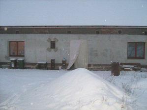 """Takové provizorní """"dveře"""" jsem měli dva dny.. A zrovna musel napadnout sníh a přijít obrovský vítr.. Počasí si umíme vybrat :-D"""