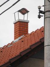 Detail nového komína na domečku vypadá tak malinký :-D