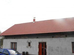 Pohled na část hotové střechy ze zahrady
