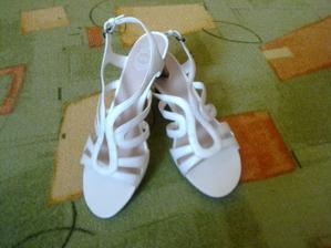 Po dlouhé době jsem sehnala smetanové botičky, které jsou dostatečně široké, nemají vysoký podpatek a ještě je užiju i po svatbě... :-)