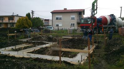 Betónovanie základových pásov.