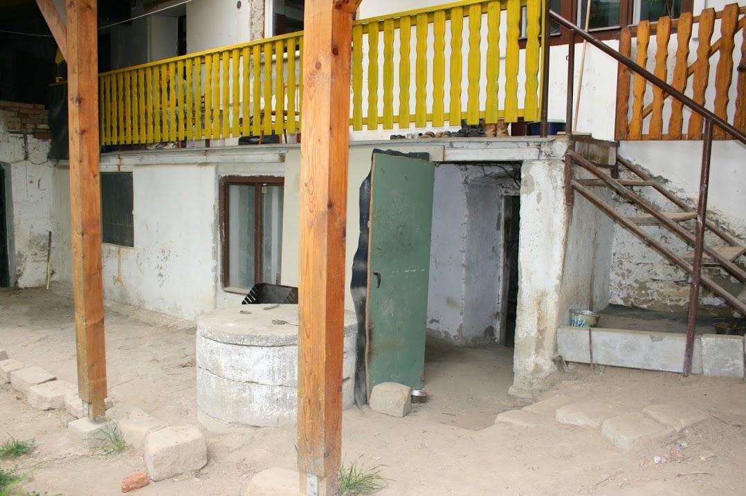 Náš druhý - už ne tak malý - domeček - Pavlač, dole vchody do sklepů -původní stav