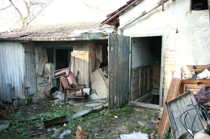 Náš domeček - teď už minulost... - Dvoreček - všude spousta nepořádku :(
