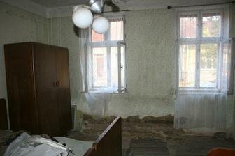 Ložnice - zeď je opravdu hodně mokrá :(