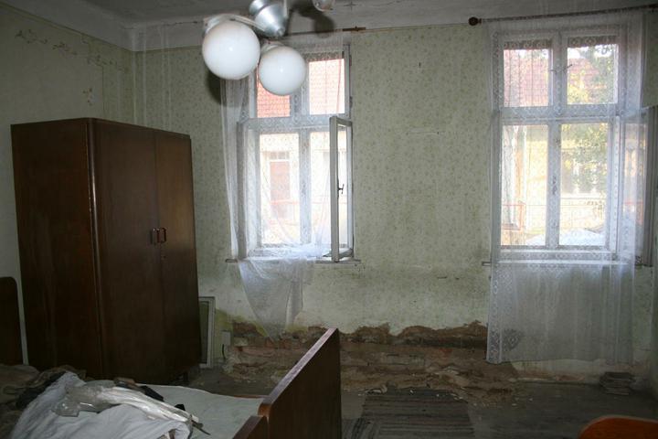 Náš domeček - teď už minulost... - Ložnice - zeď je opravdu hodně mokrá :(