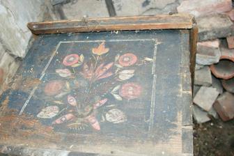 Nalezený poklad - krásná truhla, ale celá prolezlá červotočem :(