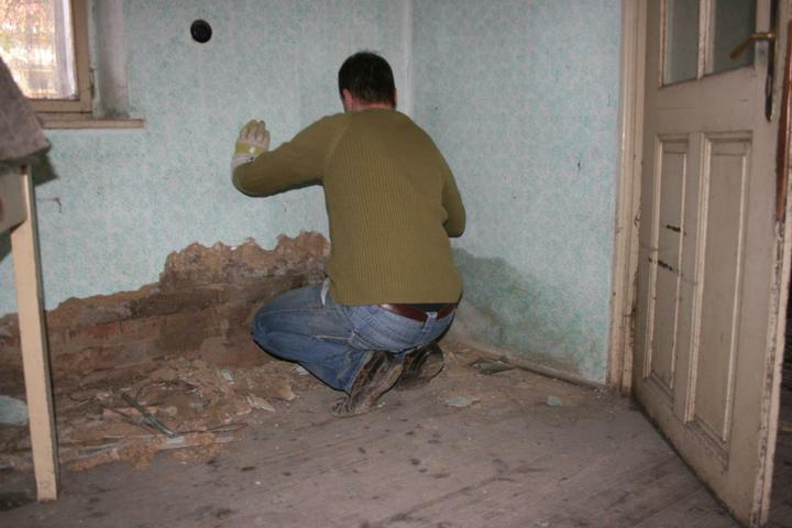 Náš domeček - teď už minulost... - Mokrá zeď v kuchyni