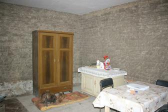 Ložnice - omítky jsou dole, podlaha pořád stará
