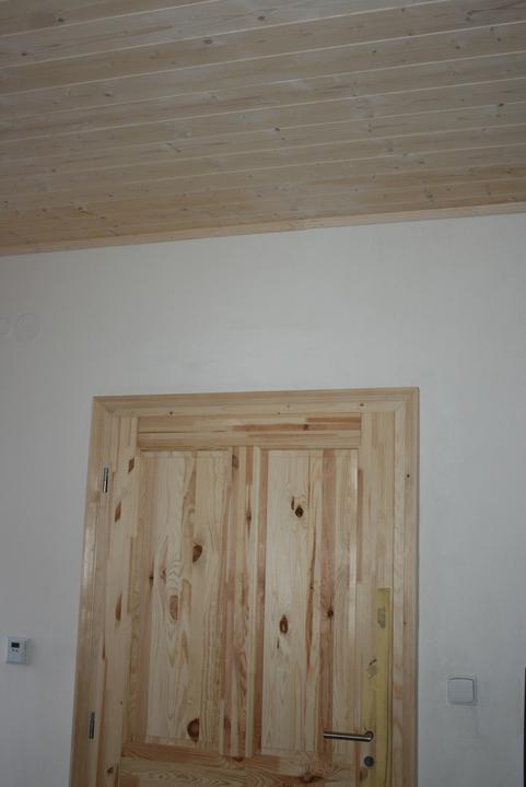 Náš domeček - teď už minulost... - Obložková zárubeň děláná na míru dle mého přání a krásný strop z palubek :) (ložnice)