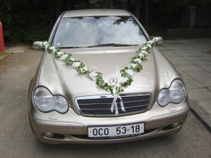 auto nevěsty... s vlastnoručně vyrobenou ozdobou... :-)