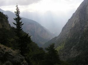 Svatební cesta - Řecko - ostrov Kréta_výlet do soutěsky Samaria: autobus nás zavezl do hor, do výšky 1220 m.n.m. a odtud se šlo 15 km soutěskou dolů k moři. Byla to nádhera!