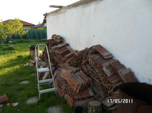 nerozumne uložené škridle zo stareho domčeka, ktoré sme museli prekladať ešte raz....