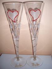 Tieto poháre už máme doma a v skutočnosti sú ešte krajšie - srdiečka sú robené z drobných červených kamienkov